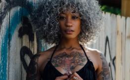 Tatouage bras femme noir