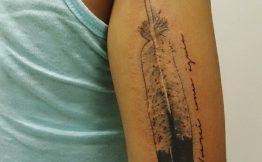 Tatouage bras femme plume