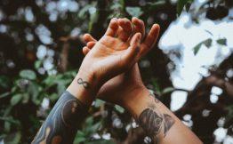 Tatouage femme bras bracelet