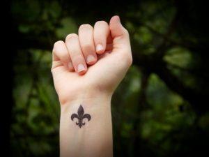 Tatouage fleur de lys bras