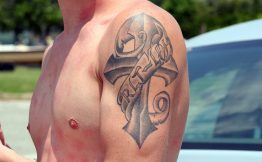 Tatouage homme bras croix