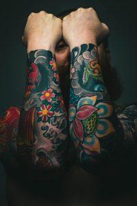 Tatouage homme bras et epaule