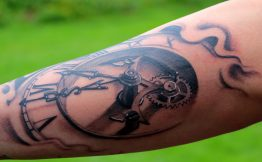 Tatouage homme bras horloge