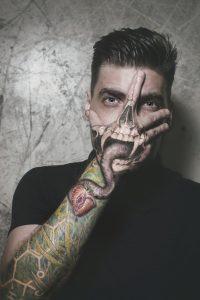 Tatouage homme bras tete de mort