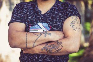 Tatouage chapelet bras homme
