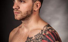 Tatouage homme haut du bras