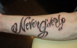 Tatouage-never-give-up-bras